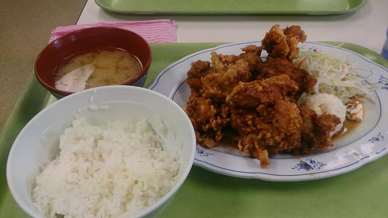 札幌市手稲区役所内にある食堂で「メガザンタレ定食」を食べてみた。